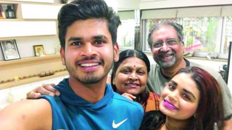 Shreyas Iyer's Sweet Seilfe Image with Her family.